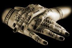 Les mains des femmes avec la manucure orientale Photo libre de droits