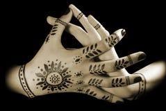 Les mains des femmes avec la manucure orientale Photographie stock