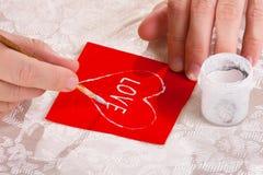 Les mains des femmes dessinent un coeur pour la Saint-Valentin Photographie stock