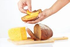 Les mains des femmes font un sandwich à fromage Image libre de droits