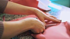 Les mains des femmes ont coupé avec le papier d'emballage de ciseaux Fin vers le haut banque de vidéos