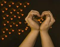 Les mains des femmes sous forme de symbole de coeur-un de l'amour photographie stock libre de droits