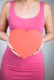 Les mains des femmes tenant la forme de coeur photo stock