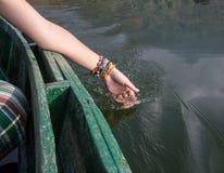 Les mains des femmes tirent l'eau Images stock