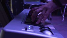Les mains des hommes jouent sur le concert de piano de synth clips vidéos