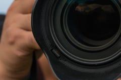 Les mains des hommes ont retenu le plan rapproché d'appareil-photo photos stock