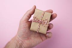Les mains des hommes tiennent un cadeau d'anniversaire photo stock