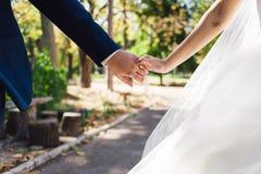 Les mains des jeunes mariés Photo stock