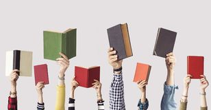Les mains des livres de prise de personnes Photographie stock