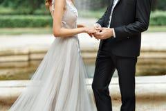 Les mains des nouveaux mariés Photo libre de droits