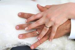 Les mains des nouveaux mariés Photographie stock libre de droits