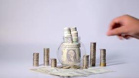 Les mains des personnes placent les pièces de monnaie de recouvrement banque de vidéos