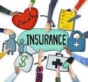 Les mains des personnes tenant le texte et les symboles d'assurance Photos libres de droits
