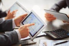 Les mains des personnes travaillant avec la tablette image stock