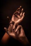 Les mains du bel homme en peinture en bronze Images stock