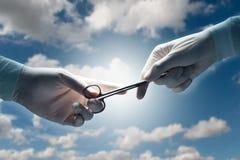 Les mains du chirurgien Photo libre de droits