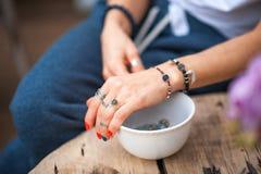 Les mains du contact de fille les bijoux faits main Fille et bijoux La femme faite main d?corant des pierres se ferment  photographie stock
