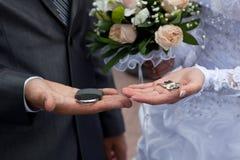 Les mains du couple avec la serrure, clés Photographie stock libre de droits