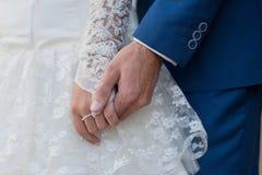 Les mains du couple du mariage chinois Images libres de droits