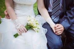 Les mains du couple du mariage chinois Image libre de droits