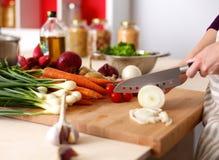 Les mains du cuisinier préparant la salade végétale - plan rapproché Photo libre de droits