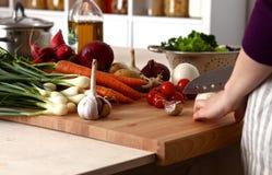 Les mains du cuisinier préparant la salade végétale - plan rapproché Image libre de droits