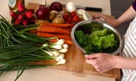 Les mains du cuisinier préparant la salade végétale - plan rapproché Photographie stock