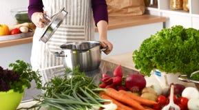 Les mains du cuisinier préparant la salade végétale - plan rapproché Images stock