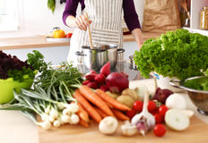 Les mains du cuisinier préparant la salade végétale - plan rapproché Image stock