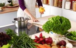 Les mains du cuisinier préparant la salade végétale - plan rapproché Photos libres de droits