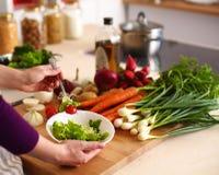 Les mains du cuisinier préparant la salade végétale - plan rapproché Photographie stock libre de droits
