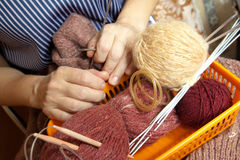 Les mains du femme avec des laines et des pointeaux Image libre de droits