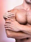 Les mains du femme sur le torse d'un homme sexy Photos libres de droits