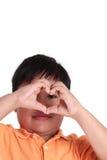 Les mains du garçon dans la forme de coeur Image stock