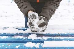 Les mains du garçon utilisant des mitaines, gants sculpte des boules de neige, activités extérieures d'hiver, concept de sports photographie stock libre de droits