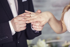 Les mains du marié et de la jeune mariée porte un anneau sur le doigt Photographie stock libre de droits