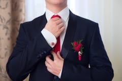 Les mains du mariage toilettent être prêtes dans le costume Photos stock