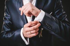 Les mains du mariage toilettent être prêtes dans le costume Image libre de droits