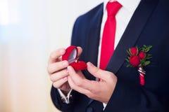 Les mains du mariage toilettent être prêtes dans le costume Le marié tient le Th Image libre de droits