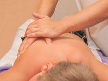Les mains du masseur Images libres de droits