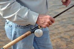 Les mains du pêcheur photo stock
