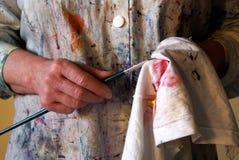 Les mains du peintre image stock