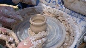 Les mains du potier et du vase principaux d'argile sur le ` s de potier roulent clips vidéos