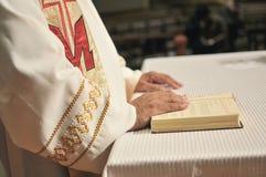 Les mains du prêtre Photos libres de droits