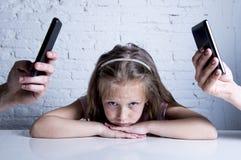Les mains du réseau s'adonnent à des parents à l'aide du téléphone portable négligeant la petite fille ignorée triste ennuyée Photo stock