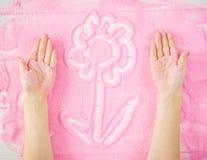 Les mains du ` s d'enfants font un modèle décoratif sur le sable Photographie stock libre de droits