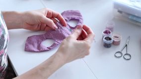 Les mains du ` s de femmes créent un produit textile, jouet, modèle clips vidéos