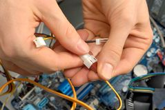Les mains du technicien au travail Image stock