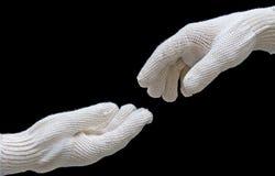 Les mains du travail dans le conection de gants de sécurité. image stock