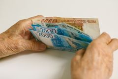 Les mains du vieil homme sont assorties par de grandes dénominations Russie photos libres de droits